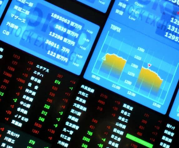 מסך עם נתוני מניות בבורסה